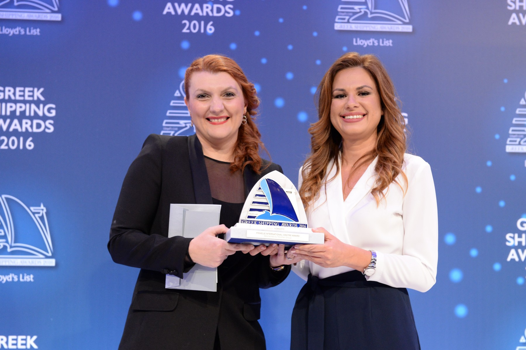 Ms. Despina Panayiotou Theodossiou of sponsor Tototheo Group presenting the Piraeus International Centre Award to Eleni Polychronopoulou of HEMEXPO.