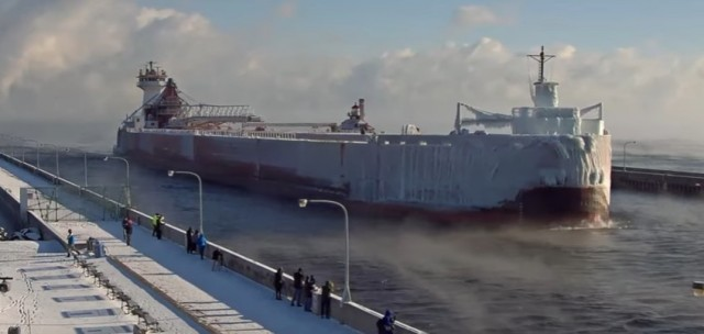 Πλοίο παγόβουνο καταπλέει στο λιμάνι Ντούλουθ των ΗΠΑ