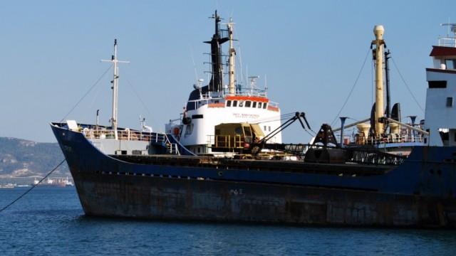 Φορτηγό πλοίο προσάραξε στην Άνδρο