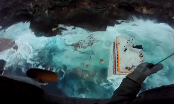 Η επιχείρηση διάσωσης των εννέα ναυτικών του φορτηγού πλοίου «Cabrera» που προσάραξε στην Άνδρο