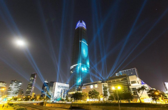Tallest Latin American building illuminated its facade to receive Christmas