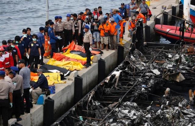 Πυρκαγιά σε επιβατηγό πλοίο στην Ινδονησία: άσχημο ποδαρικό για το νέο έτος
