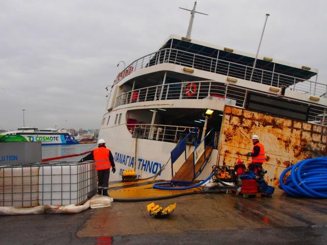 Ανέλκυση και απομάκρυνση από το λιμάνι του Πειραιά του πλοίου Παναγία Τήνου