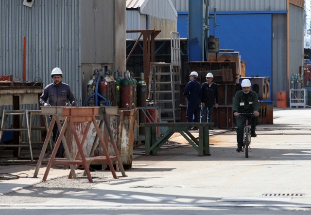 Οι εργαζόμενοι των Ναυπηγείων Ελευσίνας συζητούν με τον ΥΝΑ