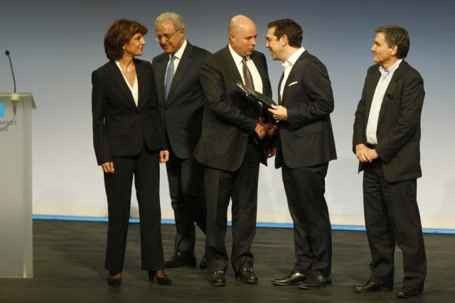 O πρωθυπουργός, Αλέξης Τσίπρας (2Δ) ανταλλάσει χειραψία με τον πρόεδρο του Διοικητικού Συμβουλίου του κοινωφελούς Ιδρύματος Σταύρος Νιάρχος, Ανδρέα Δρακόπουλο (3Δ) ενώ παρακολουθεί ο υπουργός Οικονομικών Ευκλείδης Τσακαλώτος (Δ) μετά τις υπογραφές στην τελετή παράδοσης του Κέντρου Πολιτισμού του Ιδρύματος Σταύρος Νιάρχος (ΚΠΙΣΝ) στο Δημόσιο. ΑΠΕ ΜΠΕ/ΑΛΕΞΑΝΔΡΟΣ ΒΛΑΧΟΣ