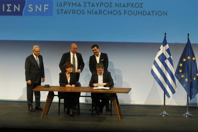 O πρωθυπουργός, Αλέξης Τσίπρας (Δ-ΟΡΘΙΟΣ) με τον πρόεδρο του Διοικητικού Συμβουλίου του κοινωφελούς Ιδρύματος Σταύρος Νιάρχος, Ανδρέα Δρακόπουλο (2Δ-ΟΡΘΙΟΣ), παρακολουθούν τον υπουργό Οικονομικών Ευκλείδη Τσακαλώτο (Δ-ΚΑΤΩ) με την οικονομική διευθύντρια του Ιδρύματος «Σταύρος Νιάρχος» Χριστίνα Λαμπροπούλου (2Δ-ΚΑΤΩ) να υπογράφουν στην τελετή παράδοσης του Κέντρου Πολιτισμού του Ιδρύματος Σταύρος Νιάρχος (ΚΠΙΣΝ) στο Δημόσιο.