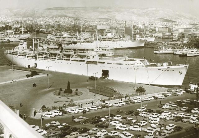 """Το ιστορικό """"ΚΥΔΩΝ"""" πρώτο πλοίο της ΑΝΕΚ στο λιμάνι του Πειραιά το 1970"""