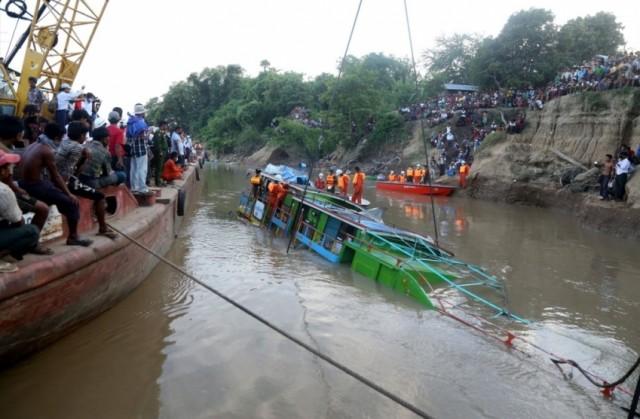 Τουλάχιστον 20 νεκροί σε ναυάγιο στη Μιανμάρ