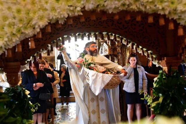 """Με εκκωφαντικούς κρότους, χτυπώντας ότι αντικείμενο μπορούσε να παράξει ήχο και να κάνει κρότο, οι πιστοί έστειλαν το μήνυμα της Πρώτης Ανάστασης, το πρωί του Μεγάλου Σαββάτου, από τον Ιερό Ναό του Αγίου Δημητρίου Ασίνης του Δήμου Ναυπλιέων, Μεγάλο Σάββατο 15 Απριλίου 2017. Σφυριά, ξύλα, κουδούνια, κατσαρόλες, μπουκάλια μπρίκια, βαρελότα επιστρατεύτηκαν, ενώ ο ιερέας π. Ραφαήλ Βουγιούκας έψαλε το """"Ανάστα ο Θεός, κρίνον τήν γην, ότι σύ κατακληρονομήσεις εν πάσι τοις εθνέσι"""" και αμέσως μετά η εκκλησία σείστηκε από τον θόρυβο που έκαναν οι πιστοί που παρακολούθησαν την Ακολουθία της πρώτης Ανάστασης και οι καμπάνες σήμαναν τη νίκη του Θεανθρώπου επί του Θανάτου. ΑΠΕ-ΜΠΕ/ΜΠΟΥΓΙΩΤΗΣ ΕΥΑΓΓΕΛΟΣ"""