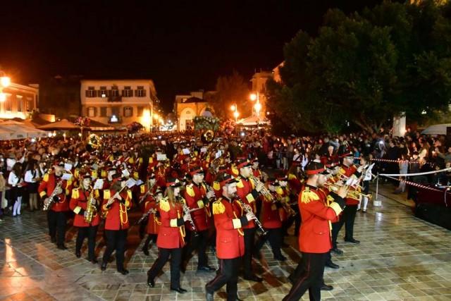Με κάθε λαμπρότητα πραγματοποιήθηκε η συνάντηση των επιταφίων στην πλατεία Συντάγματος στο Ναύπλιο, τη Μεγάλη Παρασκευή 14 Απριλίου 2017. Κάθε χρόνο συγκεντρώνονται χιλιάδες κόσμου για να παρακολουθήσουν την κατανυκτική αυτή τελετή. Οι επιτάφιοι του Αγίου Γεωργίου και της Παναγίας μετά τη λιτανευτική πομπή, συναπαντήθηκαν όλοι μαζί στην κεντρικότερη πλατεία του Ναυπλίου. Η τελετή πραγματοποιήθηκε προεξάρχοντος του Μητροπολίτη Αργολίδος Νεκτάριου. Πιο νωρίς έγινε η ακολουθία του Επιτάφιου στον Μητροπολιτικό ναό του Αγίου Γεωργίου χοροστατούντος του Μητροπολίτη Αργολίδος και παρουσία της πολιτικής και στρατιωτικής ηγεσίας του νομού. ΑΠΕ-ΜΠΕ/ΜΠΟΥΓΙΩΤΗΣ ΕΥΑΓΓΕΛΟΣ
