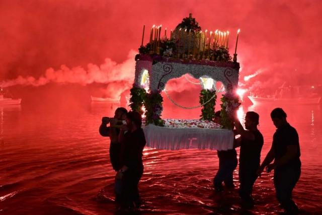 Η περιφορά του Επιτάφιου στην τοπική κοινότητα Τολού του Δήμου Ναυπλιέων το βράδυ της Μεγάλης Παρασκευής, γίνεται με ένα ιδιαίτερο τρόπο, αφού οι νέοι της περιοχής περιφέρουν τον Επιτάφιο μέσα στη θάλασσα, Μεγάλη Παρασκευή 14 Απριλίου 2017. Τα βεγγαλικά έδιναν ένα ξεχωριστό τόνο φωτίζοντας τον Επιτάφιο στο διάβα του. Το έθιμο του Επιταφίου στην θάλασσα αναβιώνει τα τελευταία χρόνια και κρατάει από τότε που οι Κρήτες αποίκησαν την περιοχή φέρνοντας μαζί τους και το έθιμο αυτό, αποδίδοντας έτσι τιμές στη θάλασσα και ευλογώντας το υγρό στοιχείο που θρέφει ακόμα τους απογόνους των Κρητών, τους σημερινούς Τολιανούς. Εντυπωσιακή ήταν η συμμετοχή του κόσμου και των επισκεπτών της περιοχής καθώς μια τεράστια πομπή συνόδευε την περιφορά του Επιτάφιου. ΑΠΕ-ΜΠΕ/ΜΠΟΥΓΙΩΤΗΣ ΕΥΑΓΓΕΛΟΣ
