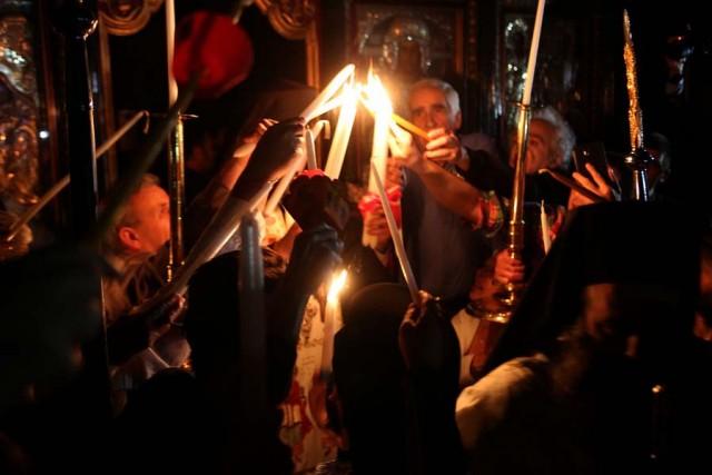 Πιστοί προσπαθούν να ανάψουν την λαμπάδα του με το Άγιο Φως, στο Μετόχι του Πανάγιου Τάφου στην Πλάκα, Μεγ. Σάββατο 15 Απριλίου 2017. ΑΠΕ-ΜΠΕ/Αλέξανδρος Μπελτές
