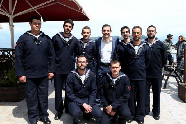 Ο πρωθυπουργός, μαζί με τους ναύτες που υπηρετούν στο Ναυτικό Σταθμό Κέρκυρας