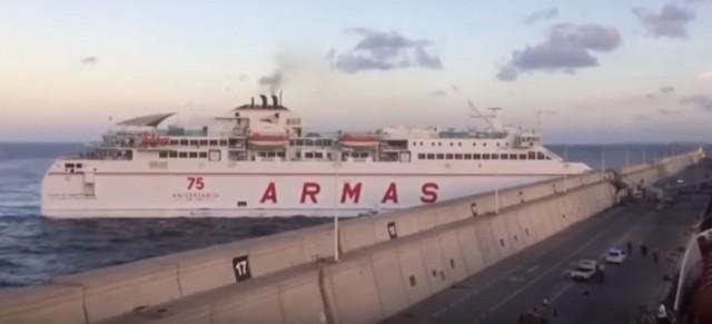 Πλοίο λόγω μηχανικής βλάβης προσκρούει με ταχύτητα σε λιμενοβραχίονα της Λας Πάλμας (βίντεο)