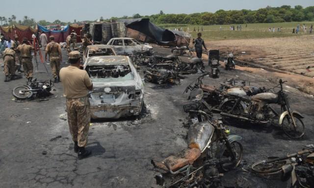 140 τουλάχιστον νεκροί από έκρηξη βυτιοφόρου στο Πακιστάν