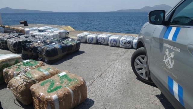 Δύο τόνοι ινδικής κάνναβης εντοπίστηκαν σε σκάφος αναψυχής από το Λιμενικό (φωτογραφίες)