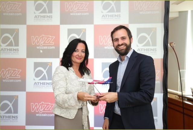 Ο Chief Commercial Officer της Wizz Air, κ. Γιώργος Μιχαλόπουλος, με την κ. Ιωάννα Παπαδοπούλου, Διευθύντρια Επικοινωνίας & Μάρκετινγκ του ΔΑΑ