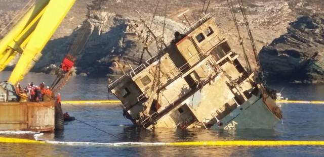 Άνδρος: επιχείρηση ανέλκυσης του φορτηγού πλοίου «Cabrera»