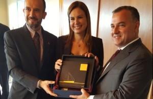 Ο κ. Κωνσταντίνος Σταμπεδάκης και η κα Ελένη Πολυχρονοπούλου προσφέρουν με αφορμή την υπογραφή της συμφωνίας αναμνηστικό δώρο στον κ. Πόλυ Β. Χατζηιωάννου