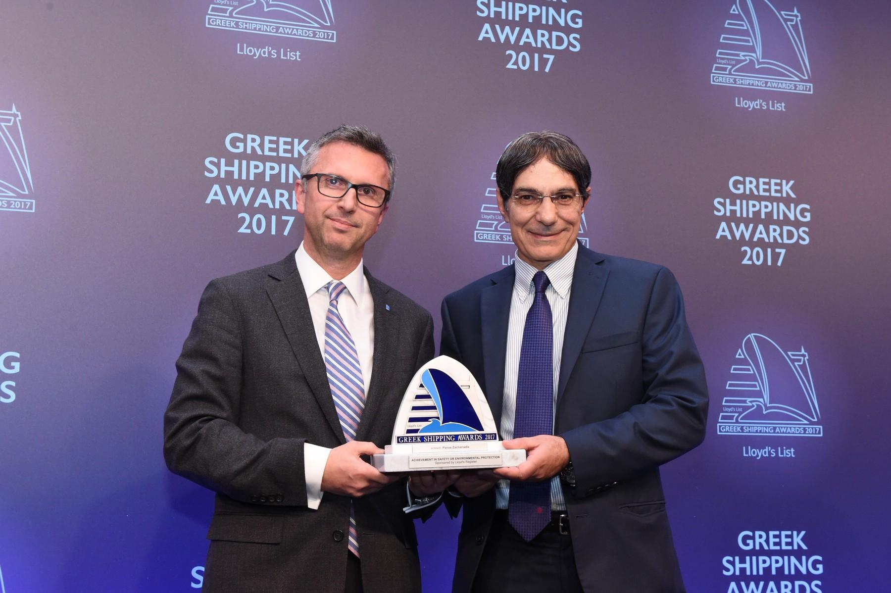 Ο κ. Θ. Σταματέλλος, Lloyd's Register παραδίδει το βραβείο Achievement in Safety or Environmental Protection στον κ. Π. Ζαχαριάδη