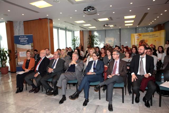 Από δεξιά προς τα αριστερά,  1η σειρά: Μ. Δαλακούρας - Αναπληρωτής Ταμίας του ΔΣ της HELMEPA, Π. Ζαχαριάδης - Μέλος του ΔΣ της HELMEPA, Θ. Σταματέλλος - Area Manager, Greece, East Mediterranean and Adriatic του Hellenic Lloyd's, Δρ. Γ. Γράτσος - Πρόεδρος του ΔΣ της HELMEPA, Δ. Μανός - Μέλος του ΔΣ της HELMEPA, Δ. Μητσάτσος - Γενικός Διευθυντής HELMEPA, Κρ. Πρεκεζέ - Εκτελεστική Συντονίστρια HELMEPA