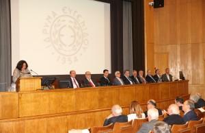 Στο βήμα η κα Βενετία Καλλιπολίτου Αντιπλοίαρχος Λ.Σ. (ε.α.) μαζί με μέλη των ομάδων εργασίας που θα συμμετέχουν στο έργο αναμόρφωσης των προγραμμάτων σπουδών των ΑΕΝ, Πλοιάρχων και Μηχανικών