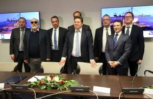 Ο εκτελεστικός πρόεδρος του ΤΑΙΠΕΔ Άρης Ξενόφος (3ος Α), ο Boris Wenzel (K), διευθύνων σύμβουλος της γαλλικής Terminal Link SAS, ο Σωτήρης Θεοφάνης (3ος Δ) εκπρόσωπος της κοινοπραξίας DEUTSCHE INVEST EQUITY PARTNERS GmbH, BELTERRA INVESTMENTS LIMITED και TERMINAL LINK SAS και ο υπουργός Ναυτιλίας και Νησιωτικής Πολιτικής Παναγιώτης Κουρουμπλής (2ος Α) φωτογραφίζονται μετά την υπογραφή για την συμφωνία πώλησης του 67% του ΟΛΘ, μετά τη σχετική έγκριση που δόθηκε από το Ελεγκτικό Συνέδριο, στα γραφεία του ΤΑΙΠΕΔ
