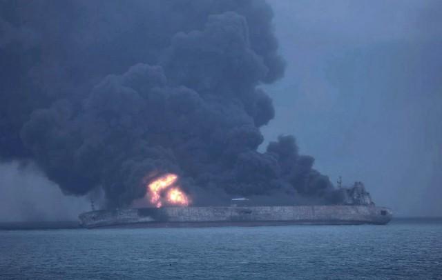 Κίνδυνος έκρηξης του ιρανικού δεξαμενόπλοιου από τη σύγκρουσή του με φορτηγό πλοίο