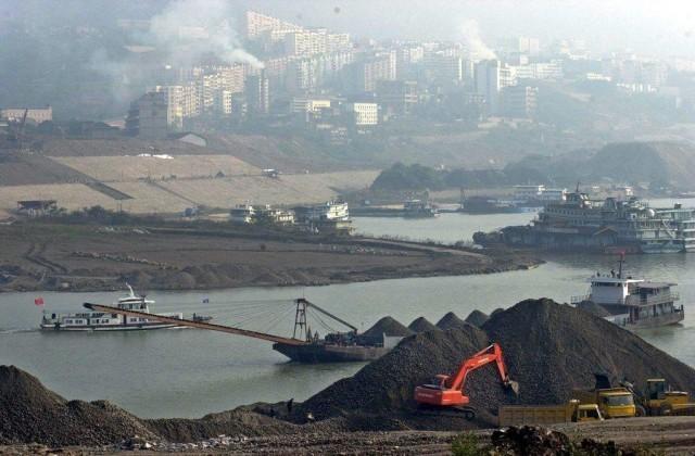 O κινεζικός άνθρακας στο χείλος του γκρεμού