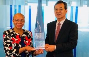 Ο κ. Masafumi Kuroki, Εκτελεστικός Διευθυντής του ReCAAP ISC, προσφέρει αναμνηστικό δώρο στην Δρα Cleopatra Doumbia-Henry, Πρόεδρο του World Maritime University