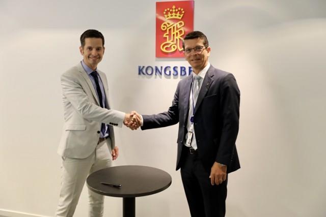 Ο CEO της Kongsberg Geir Håøy (δεξιά) και ο Tristan Halford-Maw, Αναπληρωτής Διευθυντής, M&A Rolls-Royce κατά την υπογραφή της συμφωνίας