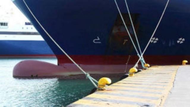 Προσέκρουσε στο λιμάνι της Σύρου το Blue Star Paros
