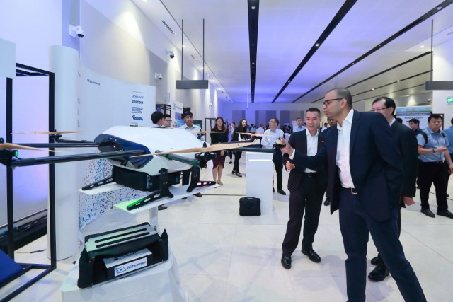aviation-community-reception---singapore-senior-minister-of-transport-visits-booth