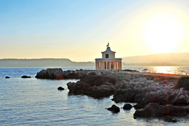 Χτίστηκε το 1828 όσο το νησί τελούσε υπό αγγλική διοίκηση λίγα χρόνια μετά την ελληνική επανάσταση. Έχει ύψος 8 μέτρα. Καταστράφηκε ολοσχερώς στο σεισμό του 1953 και ξαναχτίστηκε σύμφωνα με την αρχική του μορφή.