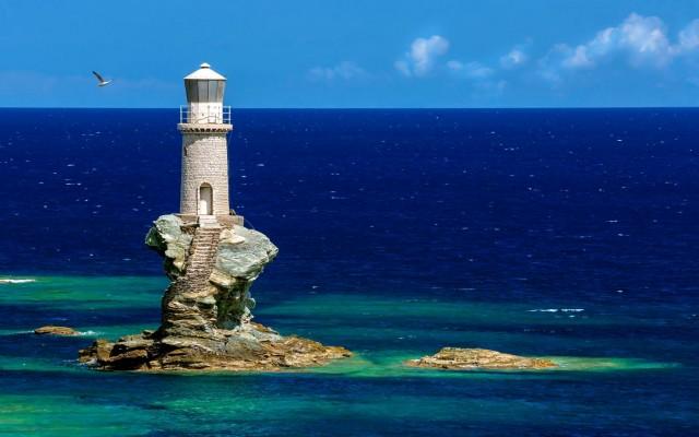 Από τους πιο εντυπωσιακούς φάρους της χώρας, καθώς είναι χτισμένος σε έναν βράχο μέσα στην θάλασσα. Κατασκευάστηκε το 1887 και βρίσκεται απέναντι από τη Χώρα της Άνδρου.
