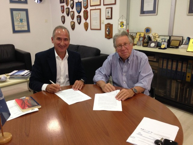(Α-Δ): Ο Πρόεδρος της Axion Hellas κ. Β. Πατέρας και ο Πρόεδρος της HELMEPA Δρ Γ. Γράτσος υπογράφουν το Μνημόνιο Συνεργασίας.