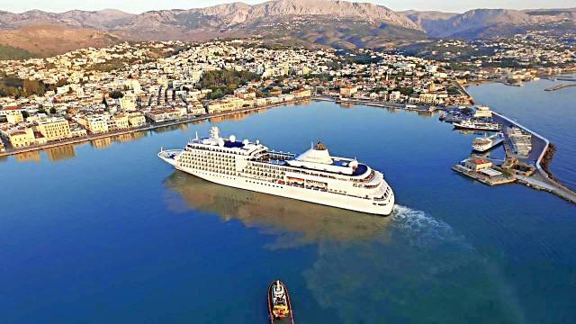Το κρουαζιερόπλοιο «Silver Whisper» προσεγγίζει στο λιμάνι της Χίου