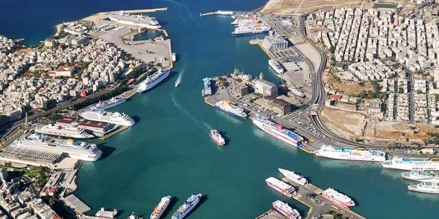Πρόσκρουση επιβατηγών πλοίων στο λιμάνι του Πειραιά