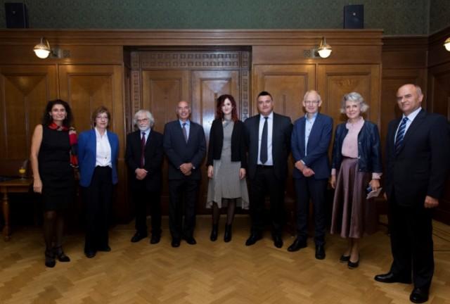 (Α-Δ): Δρ. Τατιάνα Μαρκάκη, Πρόεδρος του Τμήματος Νεοελληνικής Γλώσσας και Πολιτισμού (Πανεπιστήμιο Άμστερνταμ),  Μάρθα Τριανταφύλλου, Μορφωτική ακόλουθος της πρεσβείας της Ολλανδίας στην Ελλάδα, Ομότιμος καθηγ. Νεοελληνικών Σπουδών Δρ. Arnold van Gemert,  Κωνσταντίνος Μαζαράκης Αινιάν, Γενικός Διευθυντής του Ιδρύματος Αικατερίνης Λασκαρίδη Δρ. Μαρία Μπολέτση, Καθηγήτρια της Έδρας Νεοελληνικών Σπουδών «Μαριλένας Λασκαρίδη» (Πανεπιστήμιο Άμστερνταμ) Eλπιδοφόρος Οικονόμου, Πρέσβης της Κυπριακής Δημοκρατίας στην Ολλανδία Καθηγητής Δρ. F.P. (Fred) Weerman, Κοσμήτορας της Σχολής Ανθρωπιστικών Επιστημών (Πανεπιστήμιο Άμστερνταμ), Καθηγήτρια Δρ. Karen Maex, Πρύτανης του Πανεπιστημίου του Άμστερνταμ, Δημήτριος Χρονόπουλος, Πρέσβης της Ελλάδας στην Ολλανδία,