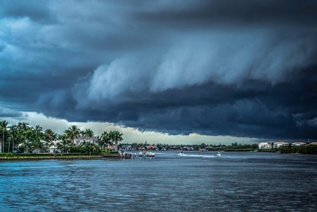 Iσχυρός τυφώνας χτυπά τις θάλασσες στις Φιλιππίνες