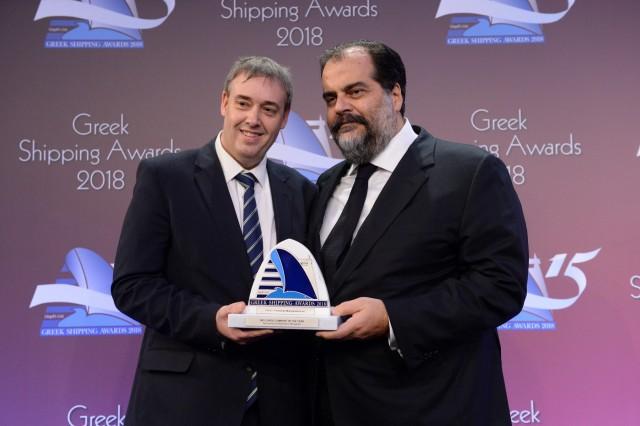 Ο κ. Νικόλας Δ. Πατέρας (δεξιά) παραλαμβάνει το βραβείο από τον κ. Matthew More του χορηγού του βραβείου Marichem Marigases.