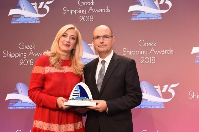 Η κ. Paillette Palaiologou εκ μέρους του Bureau Veritas, χορηγού του βραβείου, απονέμει το βραβείο «Εταιρεία Δεξαμενόπλοιων της Χρονιάς» στον κ. Σταμάτη Μπουρμπούλη της Euronav Ship Management Hellas.