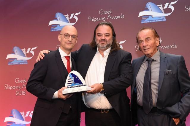 Ο κ. Κυριάκος Μητσοτάκης του χορηγού του βραβείου «Five Oceans Salvage» απονέμει το βραβείο στον κ. Μάριο Ηλιόπουλο (στο κέντρο) της Seajets.