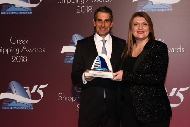 Η κ. Δέσποινα Παναγιώτου-Θεοδοσίου εκ μέρους του χορηγού του βραβείου «Tototheo Maritime» παραδίδει το βραβείο στον κ. Γιάννη Καραμανώλη της BNP Paribas.