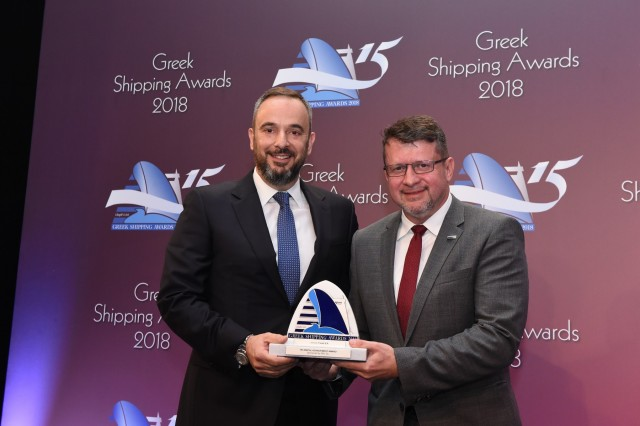 O κ. Κώστας Φανουριάδης της Farad S.A. παραλαμβάνει το Βραβείο Τεχνολογικού Επιτεύγματος, από τον χορηγό του βραβείου τον κ. Ιωάννη Χιωτόπουλο του DNV GL.