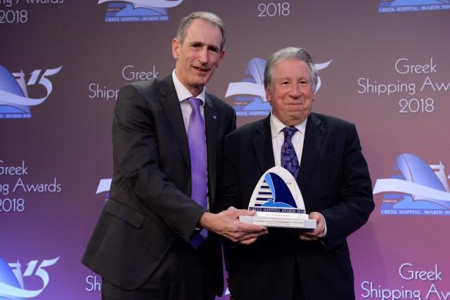 Ο κ. Alistair Marsh εκ μέρους του Lloyd's Register, χορηγού του βραβείου «Επίτευγμα στην Ασφάλεια ή την Περιβαλλοντική Προστασία», απονέμει το βραβείο στον Δρα Γεώργιο Α. Γράτσο.