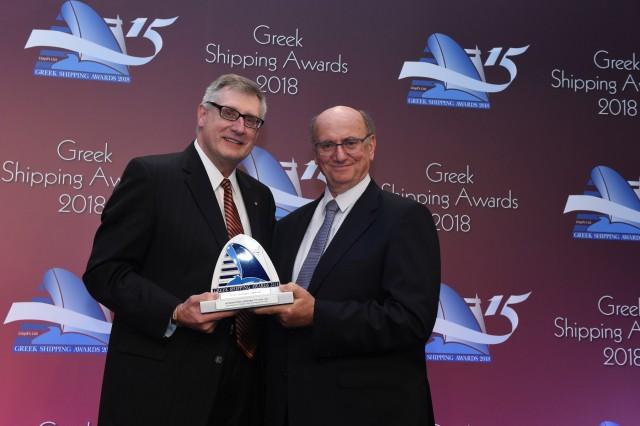 Ο κ. Christopher J. Wiernicki παραλαμβάνει το βραβείο «Διεθνής Προσωπικότητα της Χρονιάς» από τον κ. Τζέρι Βεντούρη του χορηγού του βραβείου «Capital Ship Management Corporation».