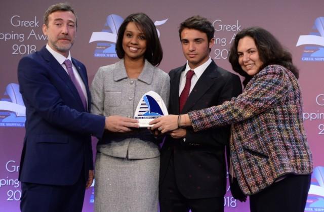 Η κ. Margareth Mosquera (στο κέντρο) εκ μέρους του Panama Maritime Authority παραδίδει το βραβείο στον καπτ. Θανάση Καραπούλιο, στον κ. Παναγιώτη Ν. Τσάκο και στην κ. Βενετία Καλλιπολίτου για το «Ενισχυμένης Εκπαίδευσης Ναυτικό Λύκειο Τσάκος».
