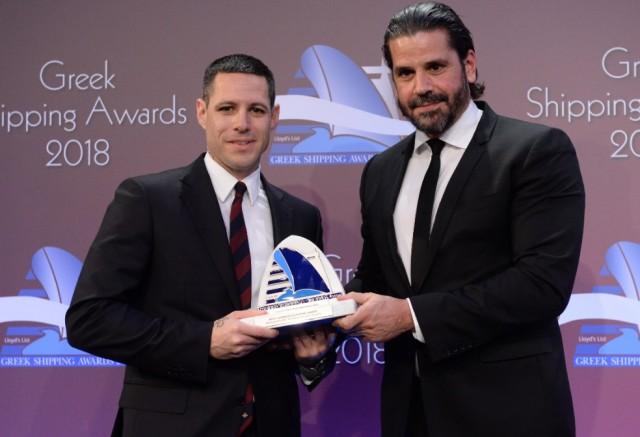 Ο κ. Πάρης Κασιδόκωστας-Λάτσης παραλαμβάνει το βραβείο από τον κ. Θεόφιλο Ξενακούδη, του χορηγού του βραβείου IRI/The Marshall Islands Registry.