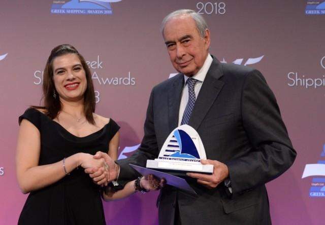 Ο κ. Συμεών Π. Παληός παραλαμβάνει το βραβείο «Lloyd's List/Propeller Club Βραβείο Επιτεύγματος Ζωής» από την κ. Νατάσα Πηλείδου, υφυπουργό Ναυτιλίας της Κύπρου.